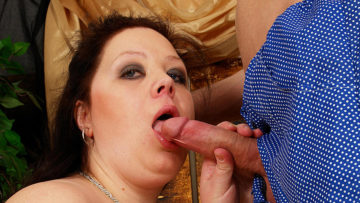 Huge titted mama getting a mouth full of jizz at TopMature.nl