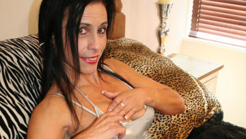 Kinky mama getting herself wet and wild at TopMature.nl