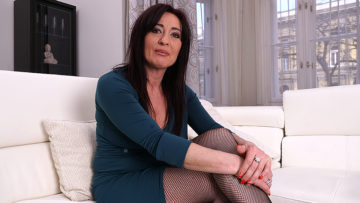 nAUGHTY HOUSEWIFE FUCKING HER TOY BOY at TopMature.nl